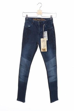 Дамски дънки Desigual, Размер XS, Цвят Син, 99% памук, 1% еластан, Цена 25,35лв.
