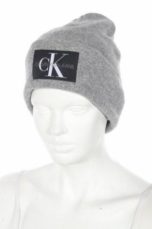 Čepice  Calvin Klein Jeans, Barva Šedá, 40% vlna, 30% viskóza, 20% polyamide, 10% kašmír , Cena  897,00Kč