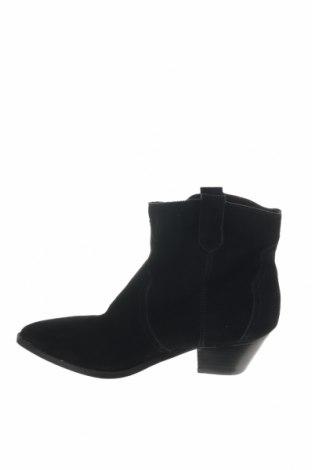 Γυναικεία μποτάκια Reserved, Μέγεθος 40, Χρώμα Μαύρο, Φυσικό σουέτ, Τιμή 14,11€