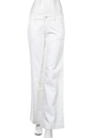 Дамски дънки Hugo Boss, Размер M, Цвят Бял, 70% памук, 28% полиестер, 2% еластан, Цена 37,20лв.
