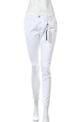 Дамски панталон ONLY, Размер L, Цвят Бял, 66% памук, 32% полиестер, 2% еластан, Цена 17,01лв.