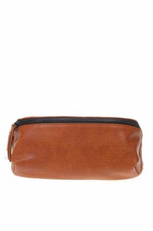 Чанта за кръст Bershka, Цвят Кафяв, Еко кожа, Цена 23,80лв.