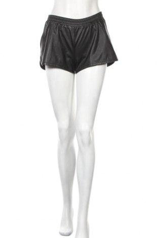 Дамски къс кожен панталон H&M Divided, Размер S, Цвят Черен, Еко кожа, Цена 20,30лв.