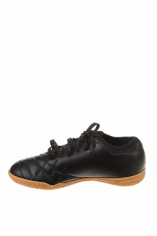 Детски обувки Umbro, Размер 38, Цвят Черен, Еко кожа, Цена 35,60лв.