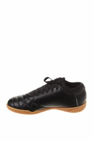 Детски обувки Umbro, Размер 33, Цвят Черен, Еко кожа, Цена 35,60лв.