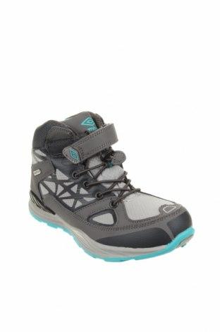 Детски обувки Umbro, Размер 35, Цвят Сив, Текстил, полиуретан, Цена 66,75лв.