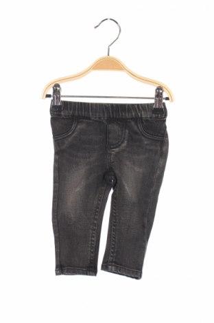 Детски дънки Guess, Размер 3-6m/ 62-68 см, Цвят Сив, 98% памук, 2% еластан, Цена 34,98лв.