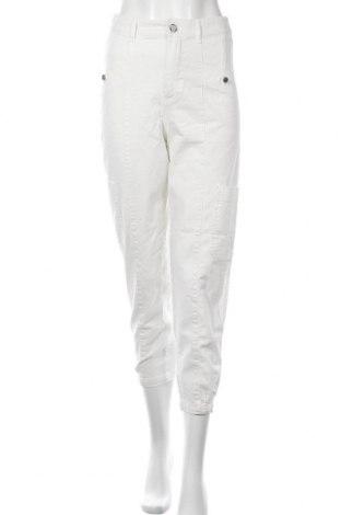 Дамски панталон Bershka, Размер S, Цвят Бял, 98% памук, 2% еластан, Цена 21,40лв.