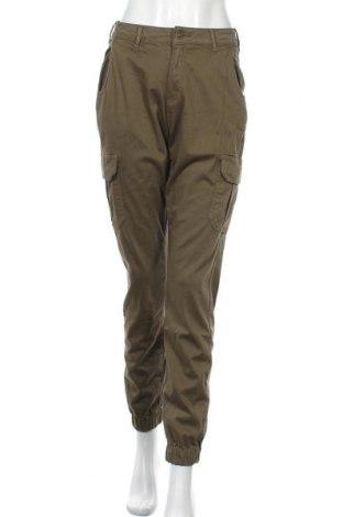 Дамски панталон Urban Classics, Размер M, Цвят Зелен, 98% памук, 2% еластан, Цена 28,25лв.