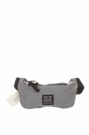 Чанта за кръст Urban Outfitters, Цвят Сив, Текстил, Цена 36,75лв.