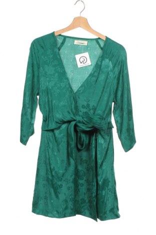 Рокля Urban Outfitters, Размер XS, Цвят Зелен, Вискоза, Цена 64,00лв.