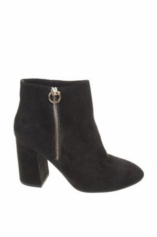 Γυναικεία μποτάκια Pull&Bear, Μέγεθος 35, Χρώμα Μαύρο, Κλωστοϋφαντουργικά προϊόντα, Τιμή 10,61€