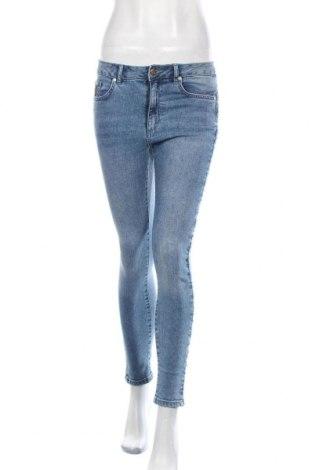 Дамски дънки Lois, Размер M, Цвят Син, 99% памук, 1% еластан, Цена 35,88лв.