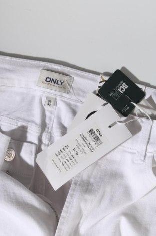 Дамски дънки ONLY, Размер M, Цвят Бял, 99% памук, 1% еластан, Цена 20,18лв.