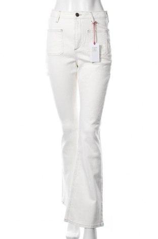 Дамски дънки BDG, Размер M, Цвят Бял, 98% памук, 2% еластан, Цена 40,05лв.