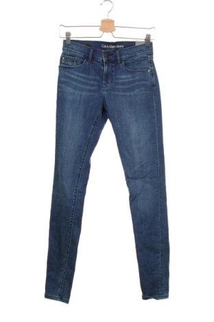 Дамски дънки Calvin Klein Jeans, Размер S, Цвят Син, 87% памук, 12% полиестер, 1% еластан, Цена 139,86лв.