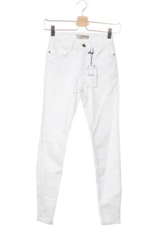 Дамски дънки Zara, Размер XS, Цвят Бял, 91% памук, 6% други тъкани, 3% еластан, Цена 43,50лв.