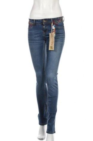 Дамски дънки Desigual, Размер S, Цвят Син, 73% памук, 23% полиестер, 3% вискоза, 1% еластан, Цена 52,15лв.