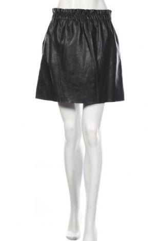 Кожена пола Zara, Размер M, Цвят Черен, Еко кожа, Цена 105,00лв.