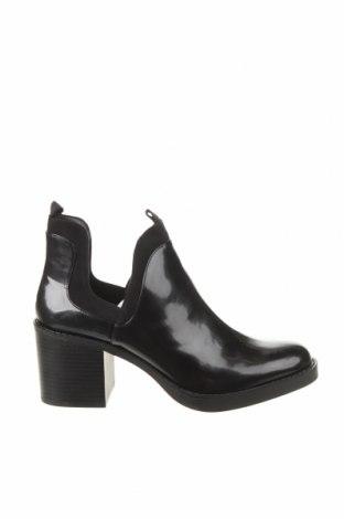 Дамски боти Zara, Размер 39, Цвят Черен, Еко кожа, Цена 31,15лв.