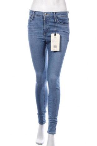 Дамски дънки Levi's, Размер M, Цвят Син, 74% памук, 15% лиосел, 6% полиестер, 5% еластан, Цена 81,12лв.