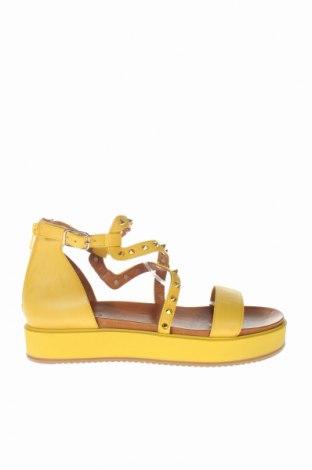 Σανδάλια Inuovo, Μέγεθος 41, Χρώμα Κίτρινο, Γνήσιο δέρμα, Τιμή 42,27€