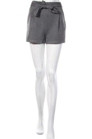 Дамски къс панталон Pull&Bear, Размер S, Цвят Сив, 75% полиестер, 19% вискоза, 6% еластан, Цена 21,00лв.