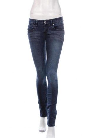 Дамски дънки Guess, Размер S, Цвят Син, 77% памук, 21% полиестер, 2% еластан, Цена 47,88лв.