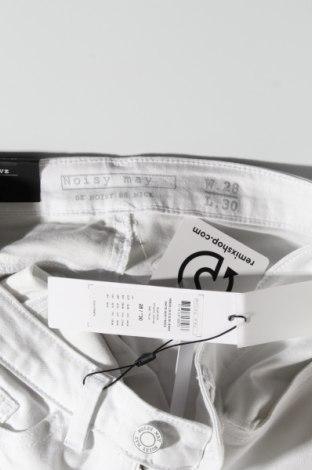 Дамски дънки Noisy May, Размер M, Цвят Бял, 63% памук, 33% полиестер, 2% вискоза, 2% еластан, Цена 31,05лв.