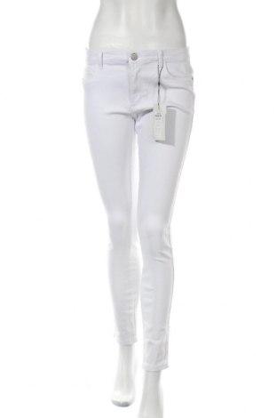 Дамски дънки ONLY, Размер L, Цвят Бял, 68% лиосел, 30% памук, 2% еластан, Цена 33,80лв.