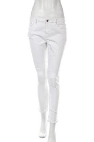 Дамски дънки ONLY, Размер L, Цвят Бял, 90% памук, 8% полиестер, 2% еластан, Цена 28,80лв.