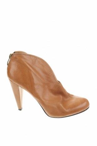 Дамски обувки Vince Camuto, Размер 37, Цвят Бежов, Естествена кожа, Цена 41,06лв.
